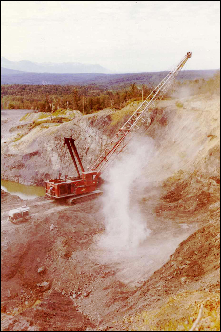 Dragline removes overburden