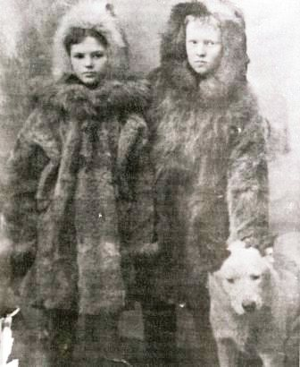 Irving Reed with his sister, Donna, and their dog, Lassie, in 1901.  Photo from the Mineral Industry Research Laboratory files.
